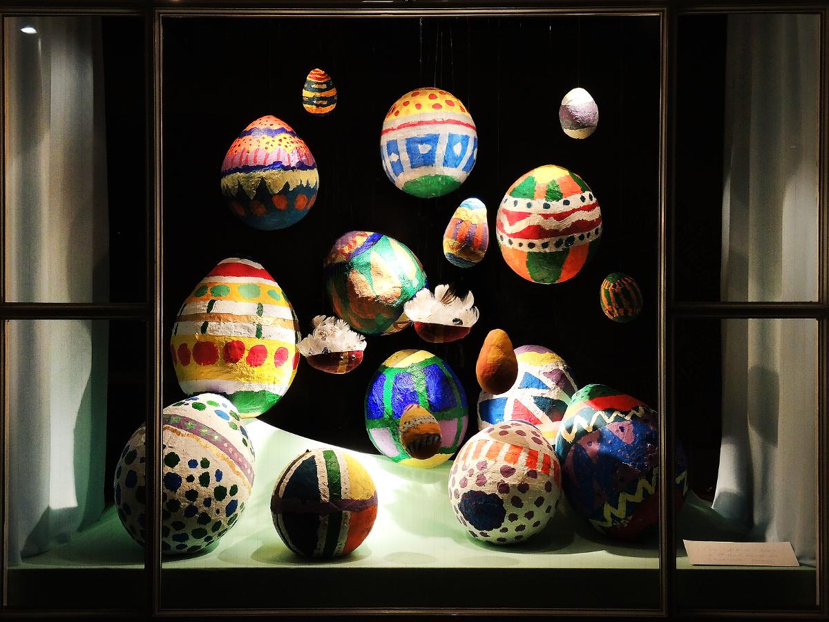 Schaufenster von Krähenmann Jeweler: Handgefertigte Ostereier von Kindern aus Küsnacht. Foto: Peps Dändliker