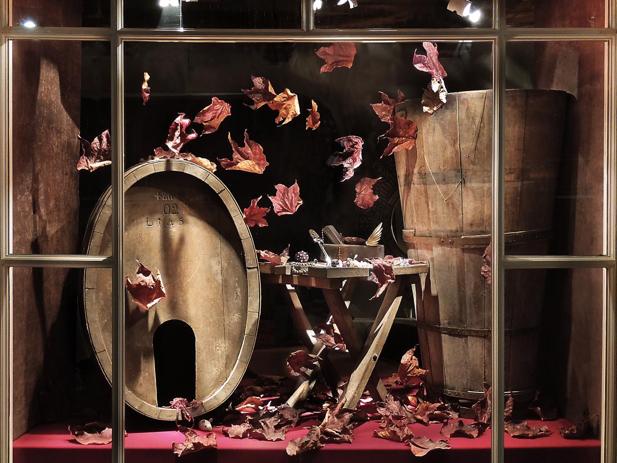 Schaufenster von Krähenmann Jeweler: Fass, Tause, Stuhl und Hobel sind vom Weingut Diederick und Ueli Welti ausgelehnt. Foto: Peps Dändliker