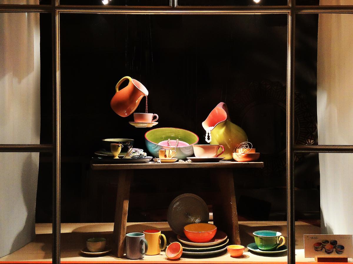 Schaufenster von Krähenmann Jeweler: Handgegossene Ceramic von Nikki Huhn. Foto: Peps Dändliker