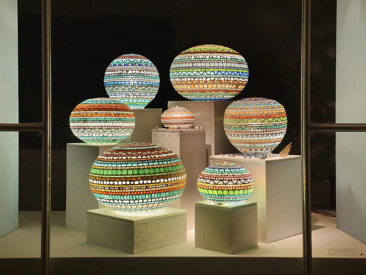Schaufenster von Krähenmann Jeweler: Balluna-Leuchten von Pascale Idia. Foto: Peps Dändliker